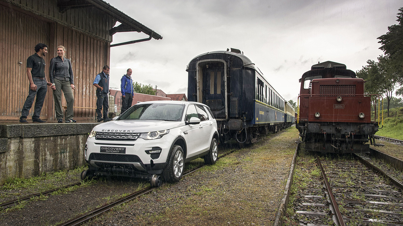 Land-Rover-Discovery-VS-Train-2016-10