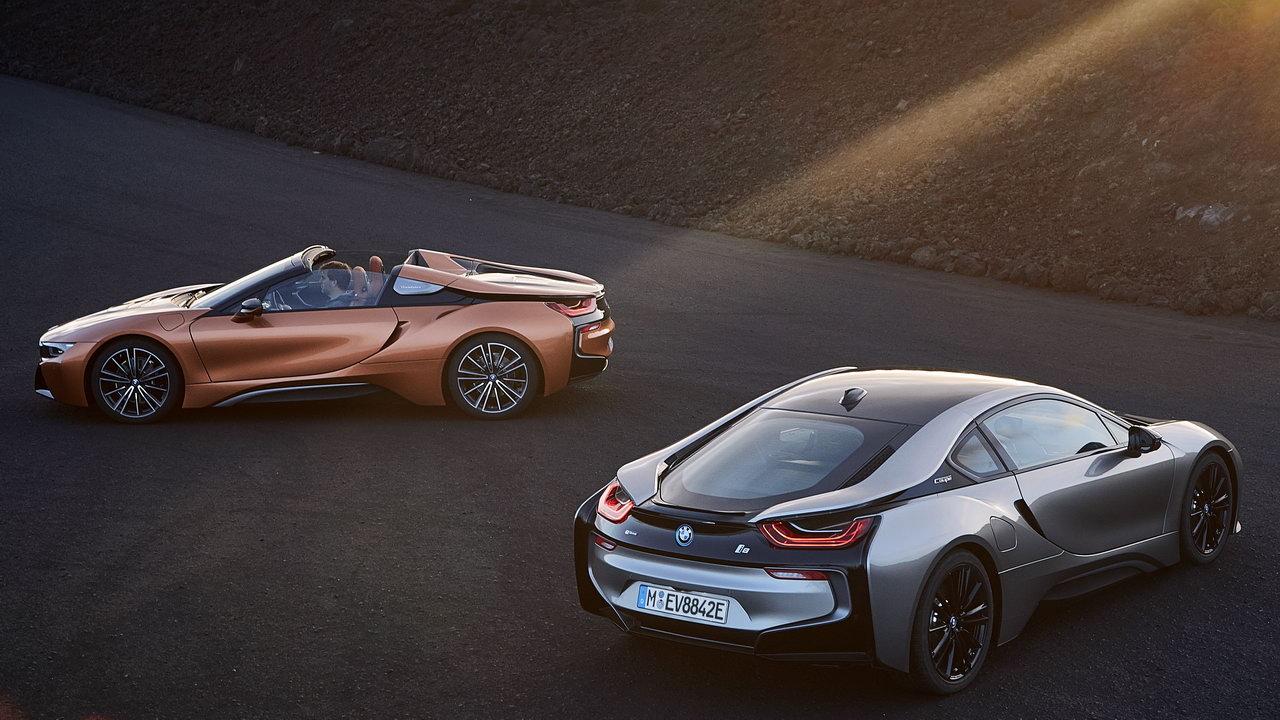 BMW i8 получил новые сиденья, модернизированный мультимедийный комплекс, проекцию на лобовое стекло и обивку кресел медного цвета. Опционально доступна декоративная отделка углепластиком и керамикой. Навигационная система теперь входит в список базового оборудования.